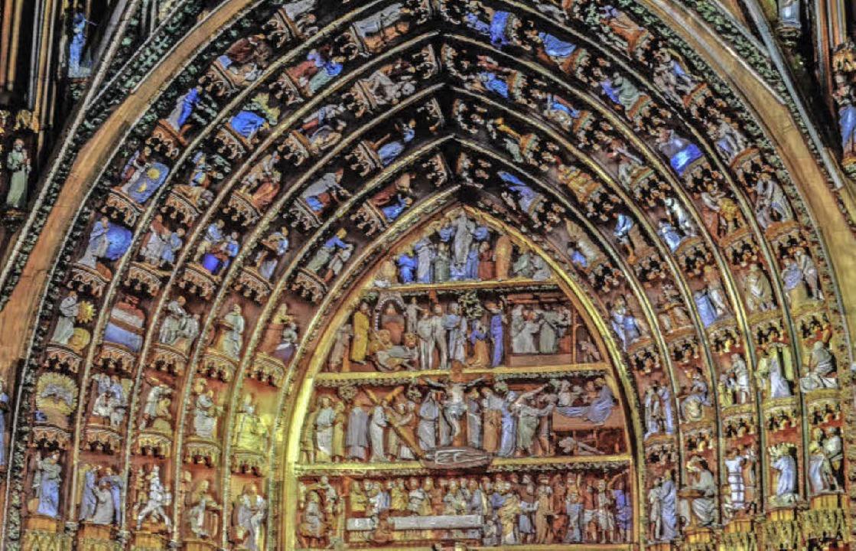 Die Figuren an der Westfassade des Str...men jetzt abends voll in Farbe daher.   | Foto: teli