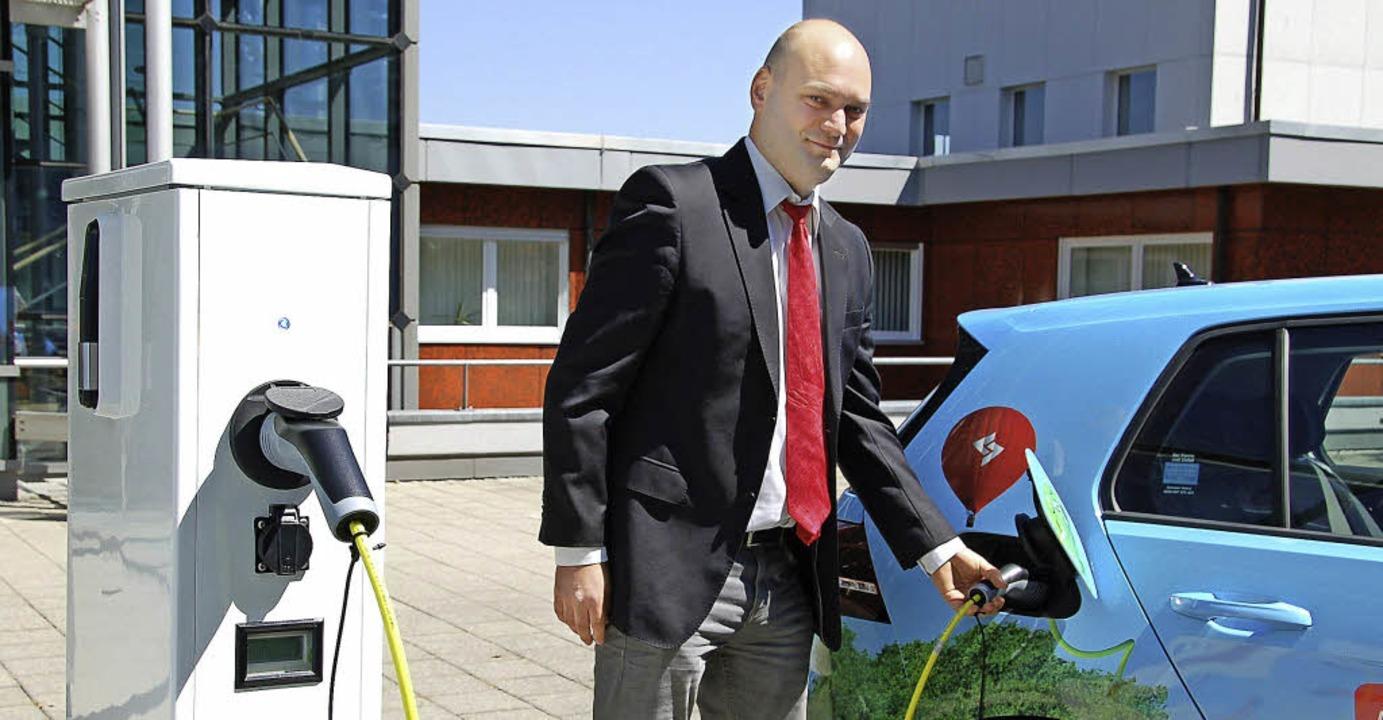 Michael Mathuni versorgt gerade ein E-...s Mittelbaden in Offenburg mit Strom.     Foto: röderer