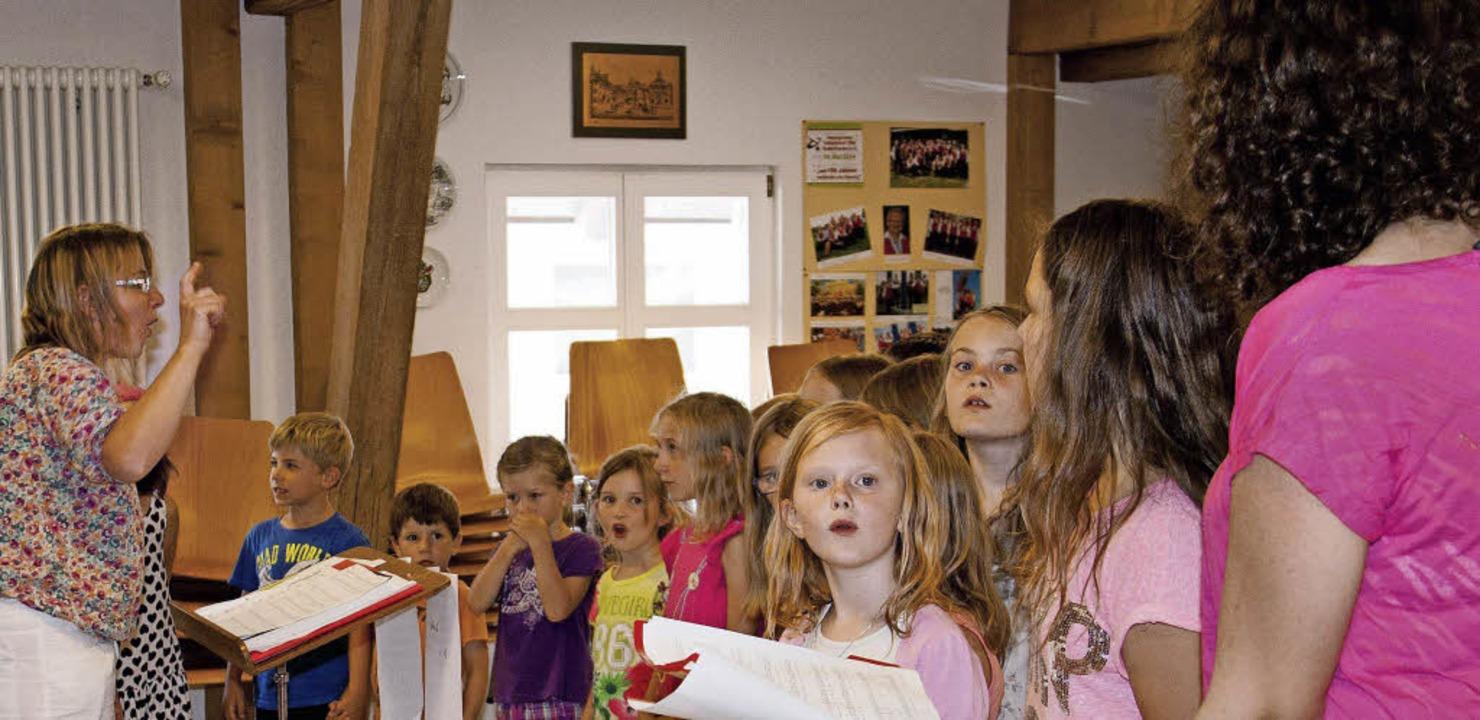 """Die """"jungen Liederkränzler"""" mit Leiterin Johanna Zierow in Aktion.     Foto: cs"""