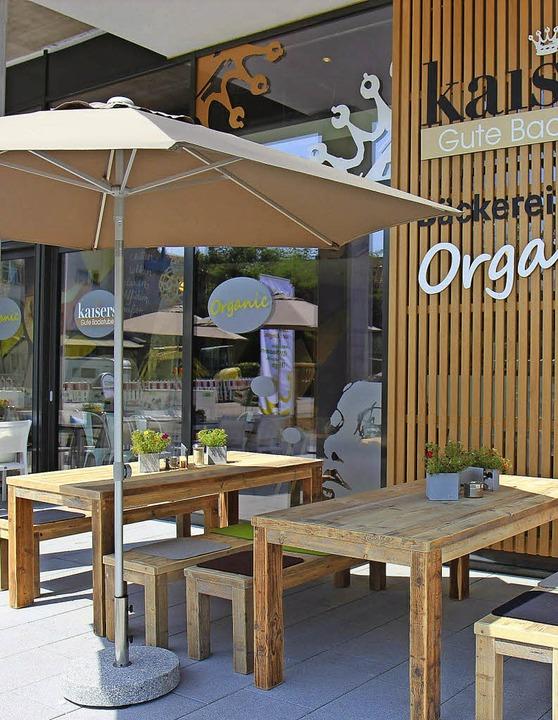 Gerüstet für den Sommer: Gäste können auch draußen sitzen.   | Foto: Kaisers