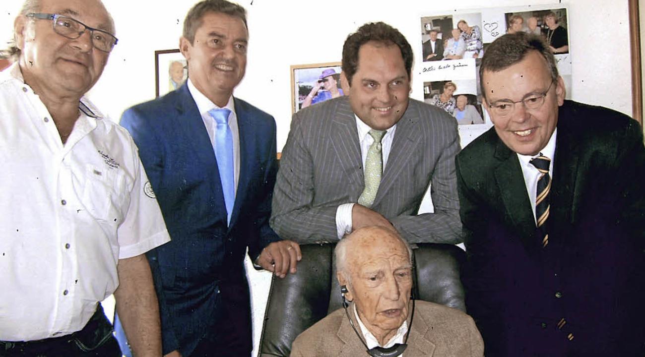 Alt-Bundespräsident Walter Scheel (vor...ng (von links) gehörten zu den Gästen.  | Foto: privat