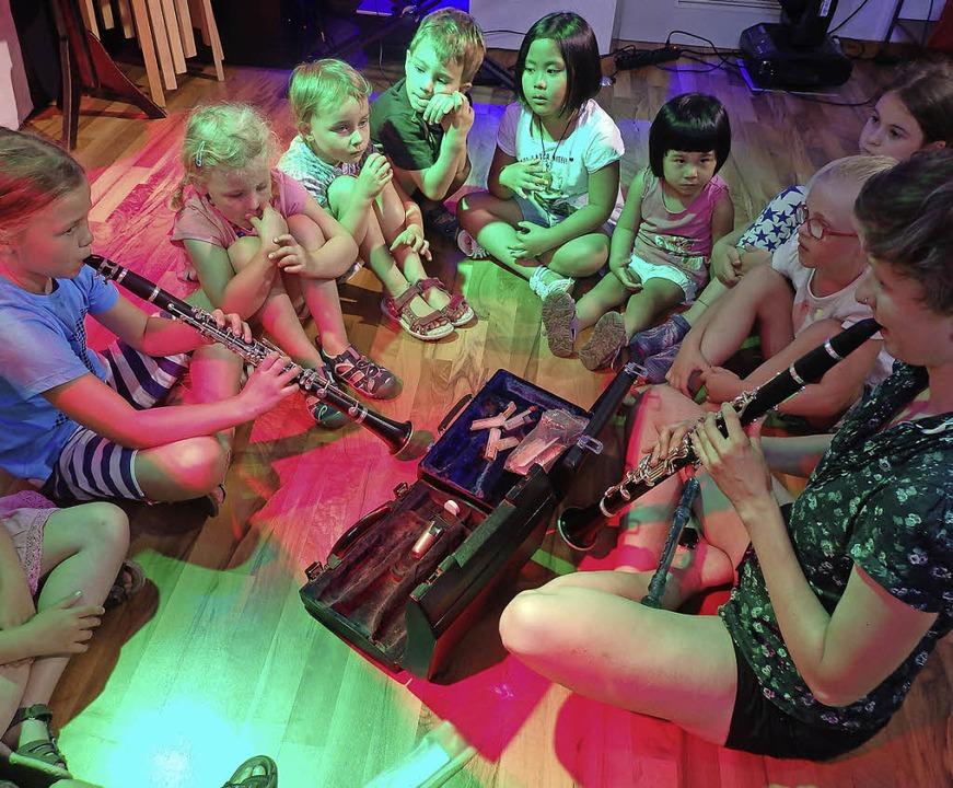 Die Kleinsten von TYTH beim Instrumentenkarussell     Foto: Johanna Högg