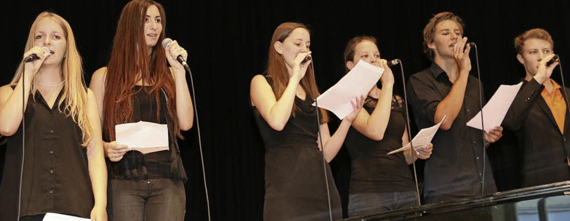 Der Auswahlchor begeisterte das Publikum; ganz links Laura Oßwald.  | Foto: Dagmar Barber