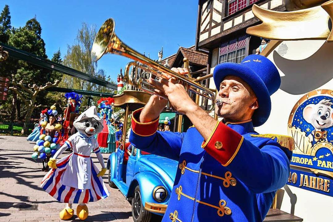 Konfetti und Fanfaren:  Die Parade der hundert Künstler ist der Höhepunkt.  | Foto: Europa-Park