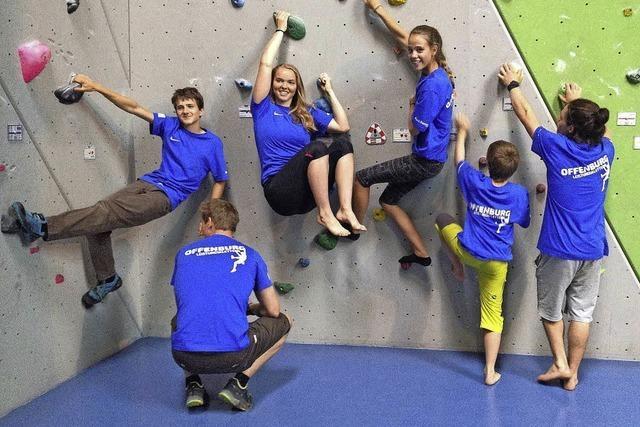 Junge klettern beim Alpenverein um die Wette