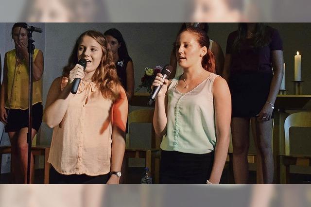 Junge Frauen zeigen Spaß am Singen