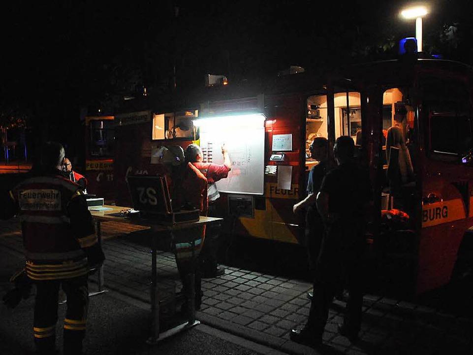 Die Feuerwehr Offenburg richtete vor dem E-Werk ihre Einsatzzentrale ein.  | Foto: Helmut Seller