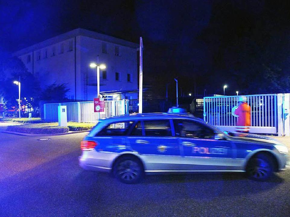 Explosionsgefahr: Die Polizei sperrte ...das E-Werk in Offenburg weiträumig ab.  | Foto: Helmut Seller