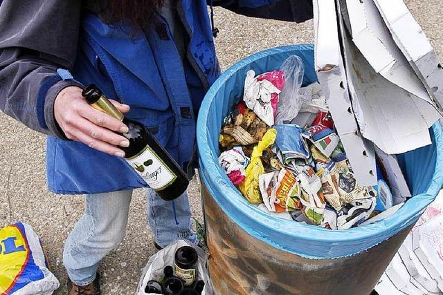 Warum Flaschensammler für wenig Geld im Müll wühlen