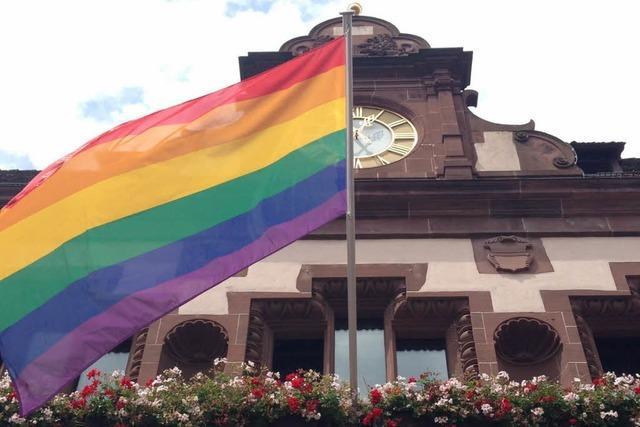 Freiburger Rathaus hisst Regenbogenfahne zum CSD