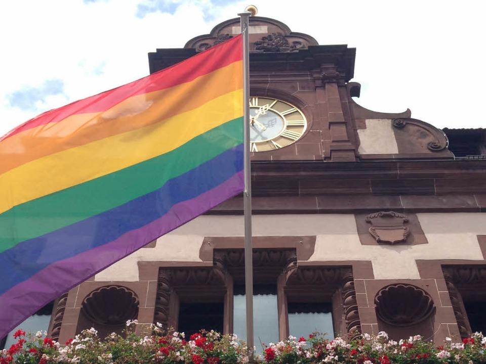 Bereits im vergangenen Jahr wurde die ...enfahne am Freiburger Rathaus gehisst.  | Foto: Carolin Buchheim