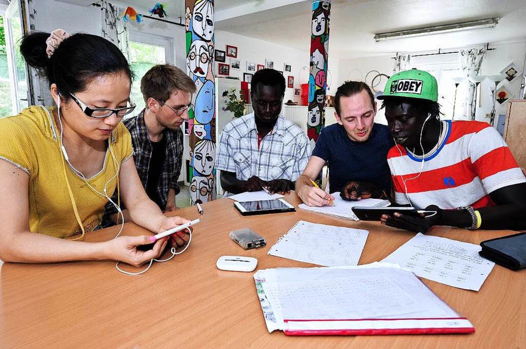Lern-Session  im Flüchtlingsheim an de...ngerer und Baboucarr Boye (von links).  | Foto: Thomas Kunz