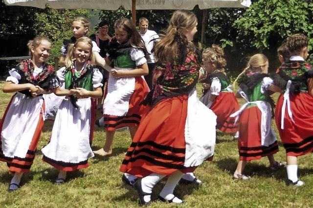 Buntes Fest im Pfarrgarten
