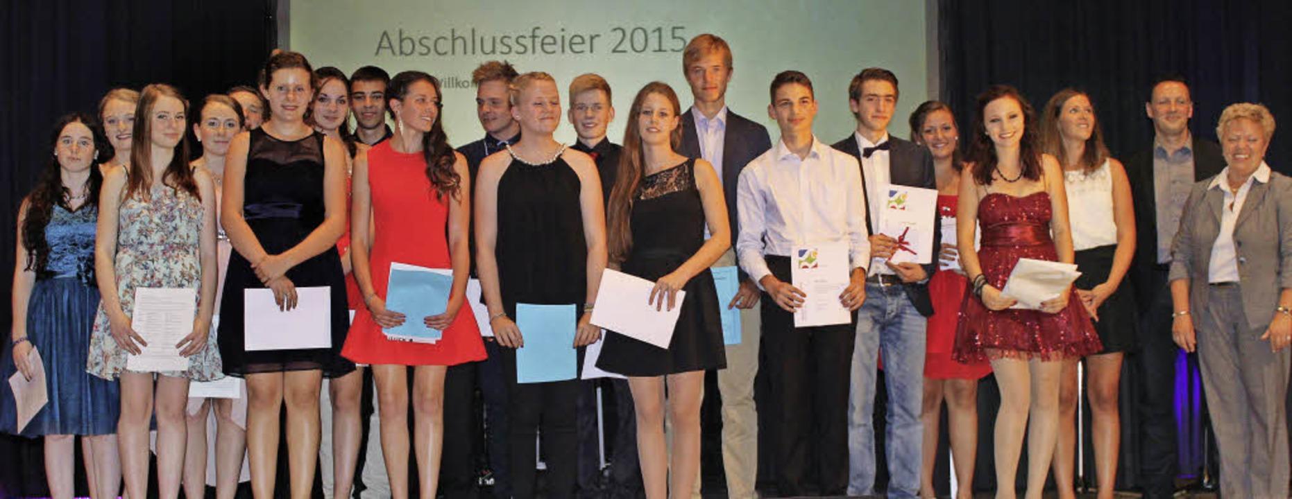 Die Preisträgerinnen und Preisträger  ...ndere, schulische Leistungen  geehrt.     Foto: Lara Walter