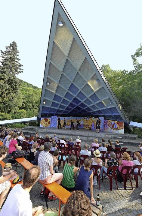 Impronade sporteln theatral unterm Dach des Pavillons im Stadtgarten.  | Foto: Rita Eggstein