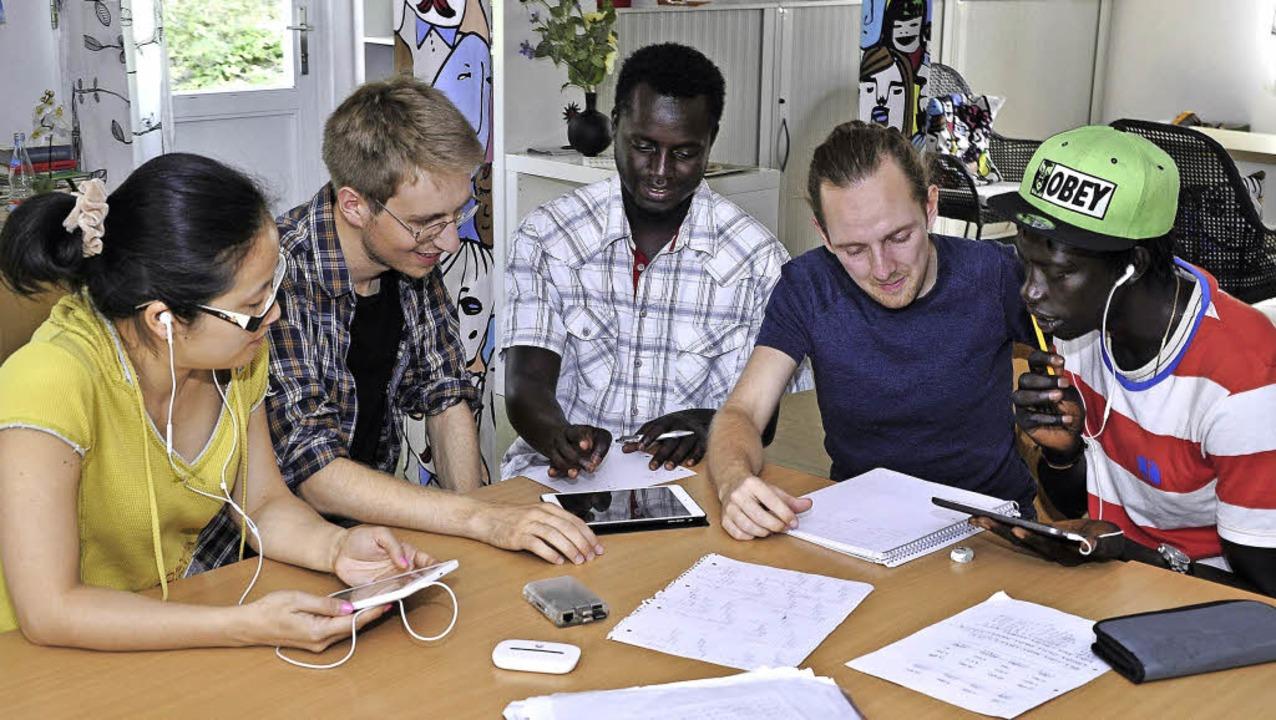Unterricht im Flüchtlingswohnheim &#82...ham, Arno Angerer und Baboucarr Boye.     Foto: Thomas Kunz