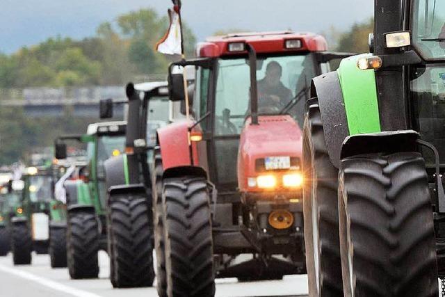 Schweizer mit dem Traktor auf der Autobahn