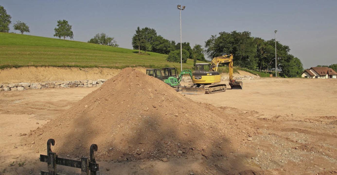 Alles fertig für den Bau des Kunstrase... Woche der neue Fußballplatz angelegt.    Foto: Jutta Schütz