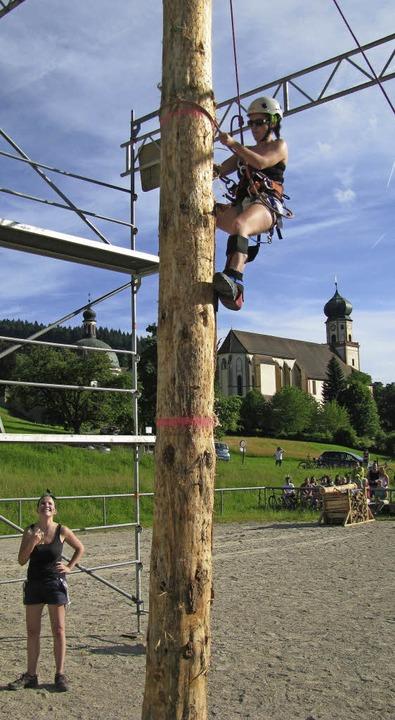 Mit Steigeisen hinauf auf sechs Meter ...11; auch für dieses Schwarzwaldmädel.   | Foto: M. Lange