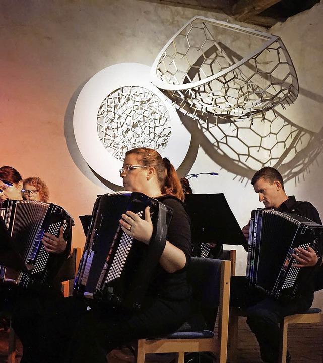 Mitten unter den Objekten der Kunstaus...aben die Akkordeonmusiker ihr Konzert.  | Foto: Julius Steckmeister