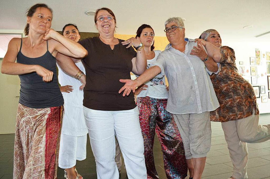 Spielerinnen der Internationalen Frauentheatergruppe bei der Probe  | Foto: Britta Wieschenkämper