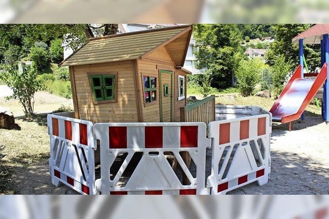 Neues Spielhaus hinter Absperrung