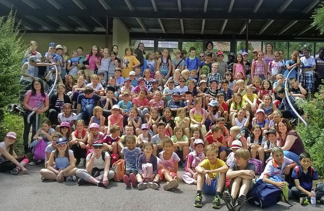 Vereint auf dem Gruppenfoto: Schüler d...und der Partnerschule aus Kingersheim   | Foto: zvg