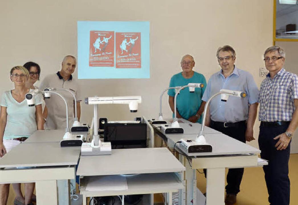 Acht Dokumentenkameras überreichte der...er Freunde des LMG an das Gymnasium.    | Foto: Martina Weber-Kroker
