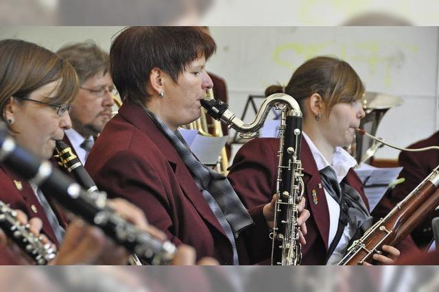 Stadtmusiken Lörrach und Weil am Rhein spielen auf dem Lindenplatz