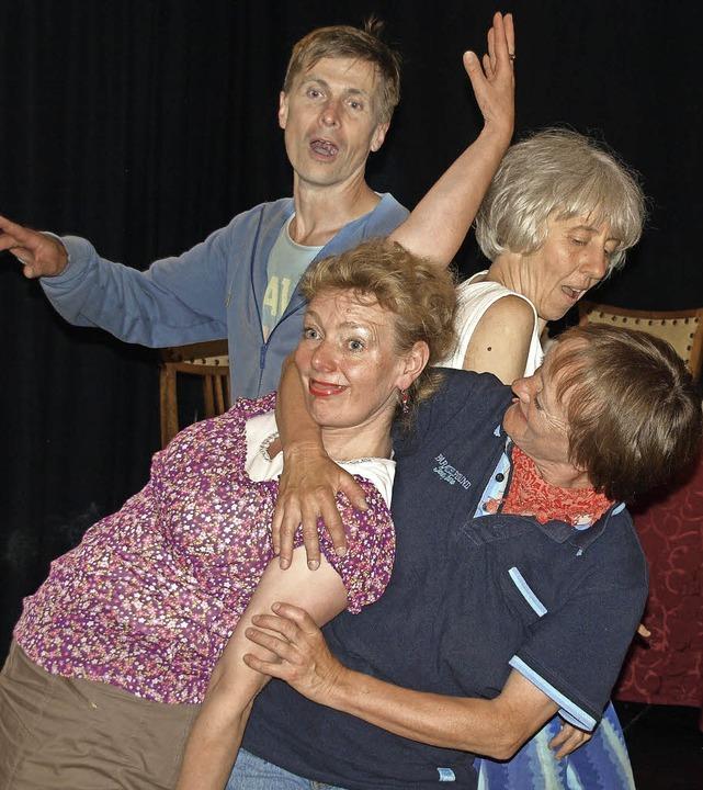 Zum Aufwärmen schlüpfen die Schauspiel...n Typen, beispielsweise das Lästermaul    Foto: Karin Stöckl-Steinebrunner
