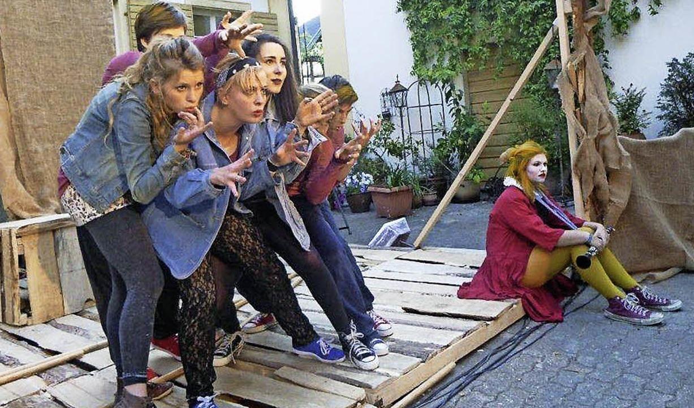 Völlig in der Rolle: Die jungen Schaus...rkörperten die Charaktere überzeugend.    Foto: Anne Freyer