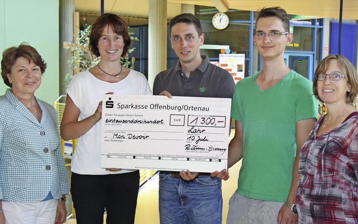 Spendenfreude (von links): Rektorin Ro... Kantek und Lehrerin Nadine Schampera   | Foto: schule