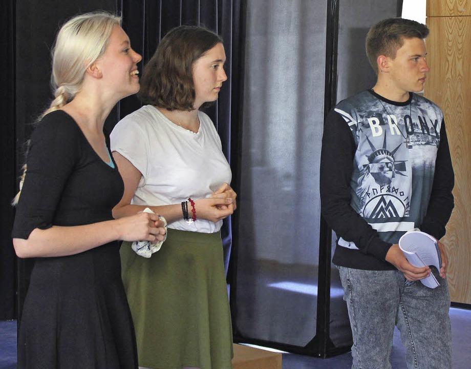 Anna Blum, Felizitas Kaiser und  Dario...mit den Schülern der siebten Klassen.   | Foto: Ute Kienzler