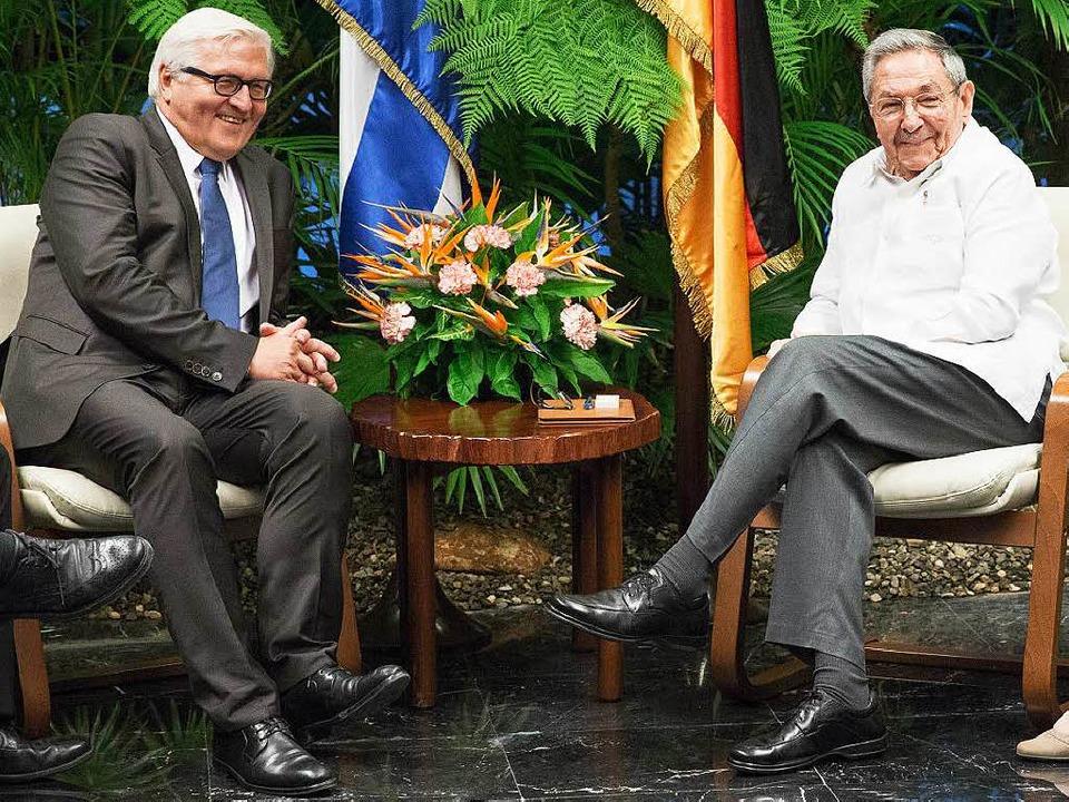 Als wären sie im Dschungel: Frank-Walter Steinmeier und Raúl Castro in Havanna   | Foto: dpa