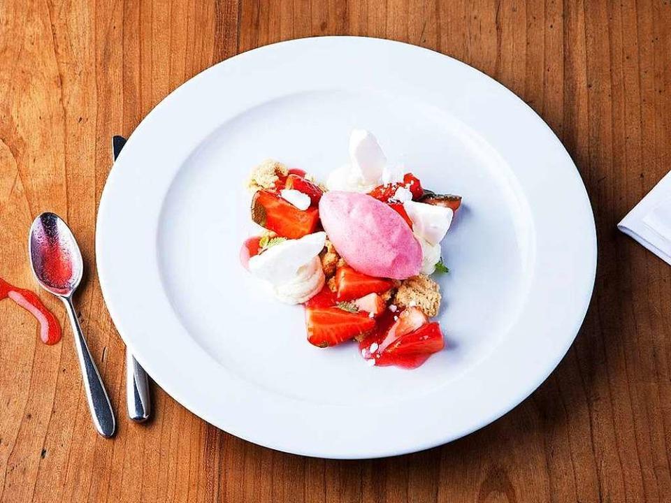 Ideal für heiße Tage: Weisskäs, Erdbeeren und Rhabarbersorbet      Foto: Michael Wissing