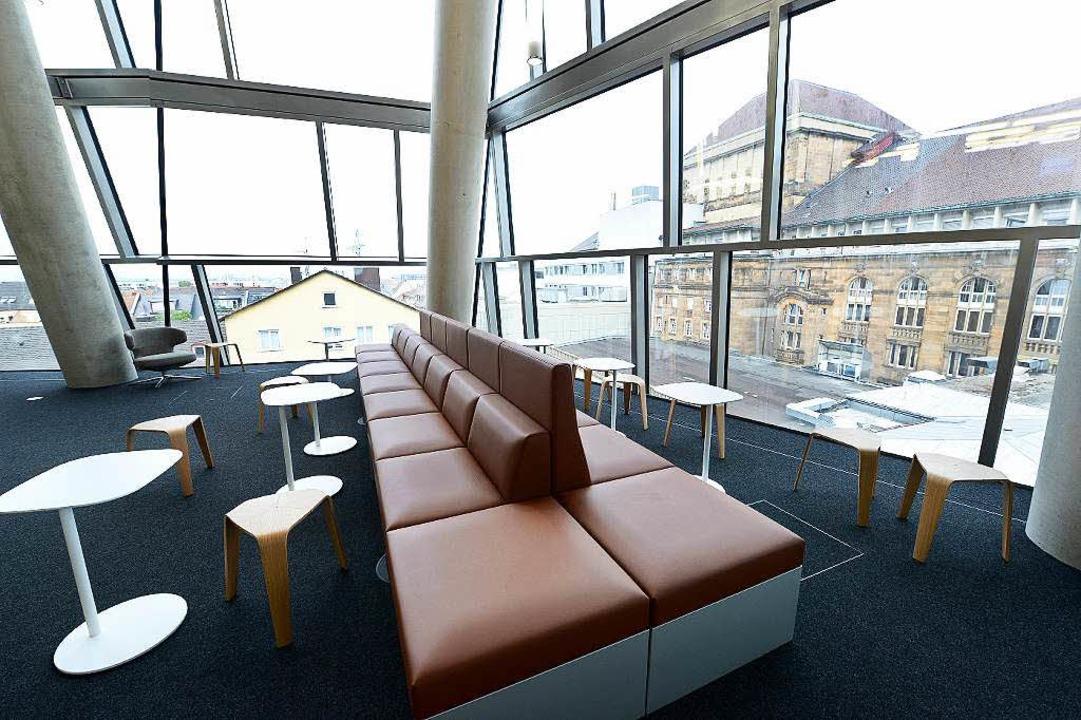 Lounge-Atmosphäre: Arbeitsplätze ohne Schreibtisch mit Blick aufs Theater  | Foto: Rita Eggstein (2)/Thomas Kunz (2)