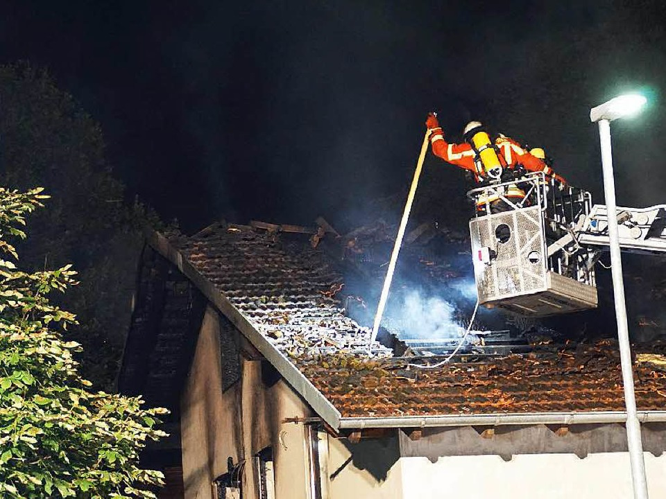 Bei dem Feuer  in einem geplanten Flüc...handelt es sich wohl um Brandstiftung.  | Foto: dpa
