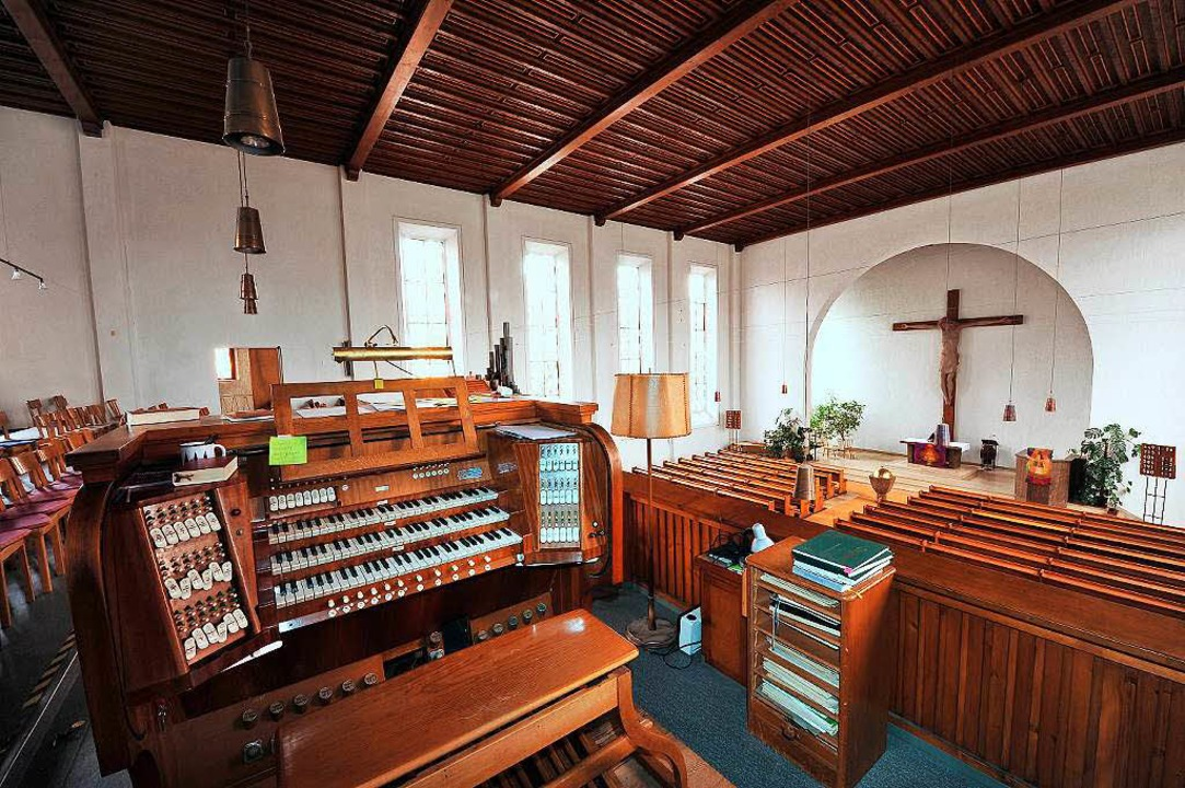 Die Orgel bleibt in der Kirche, das Kr... glänzende Taufstein wird mitgenommen.  | Foto: Thomas Kunz