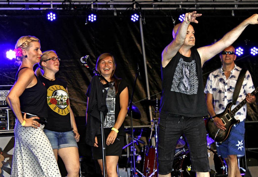 ExemQ holte sich drei Sängerinnen aus dem Publikum auf die Bühne.  | Foto: Antje Gessner