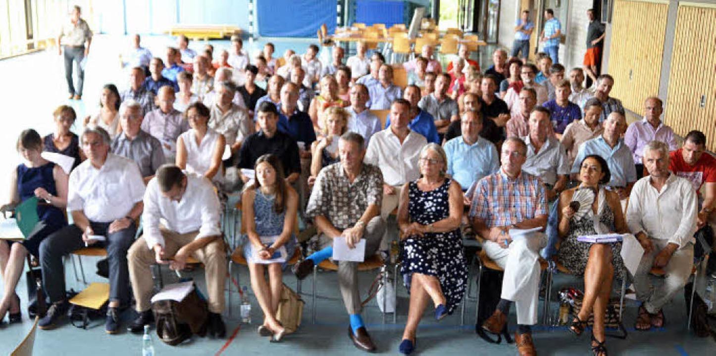 Aufmerksame Zuhörer bei der ersten Kan...ur Zukunft der Mobilität im Kandertal   | Foto: Markus Maier