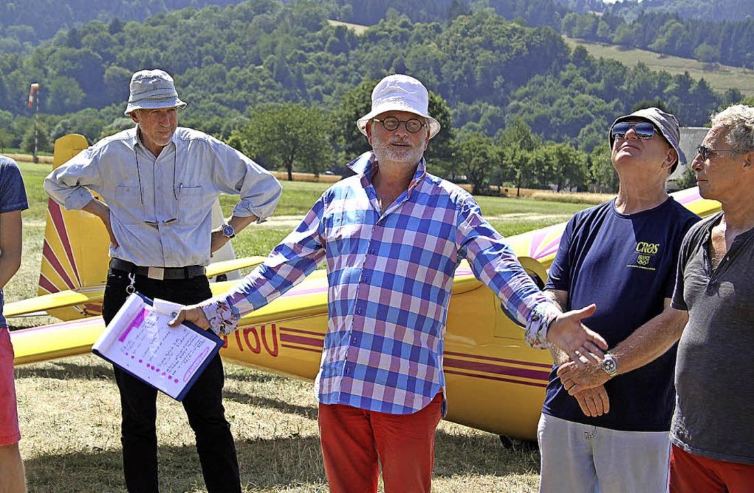 Gerd Schütt begrüßt die Gäste auf dem ...). In Windeseile geht es in die Luft.   | Foto: Erich Krieger