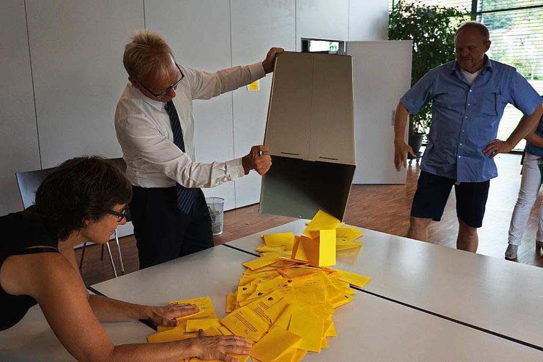 Aus Bürgermeister Jörg Kindel lehrt di... Brunhilde Hummel und Wolfgang Schanz.    Foto: julius steckmeister