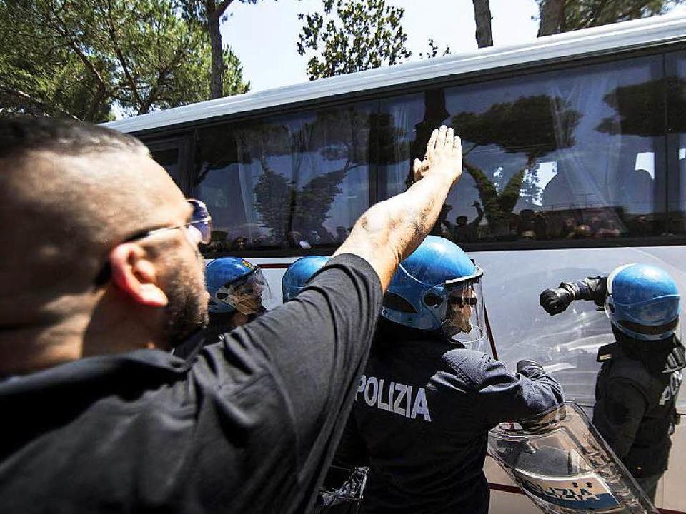 Ein Mann zeigt in Casale San Nicola be...ngen in einem Bus den Faschistengruß.   | Foto: dpa