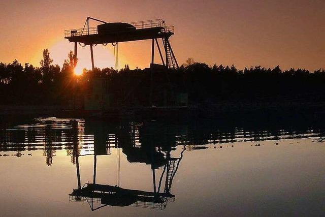 Hartheimer Baggersee: Mann stürzt von Bagger – Lebensgefahr