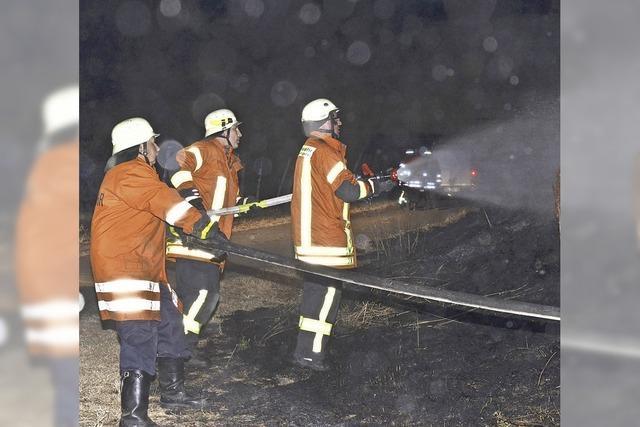 Löscheinsatz bei nächtlichem Flächenbrand
