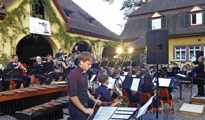 Die Trachtenkapelle und die Gruppe Non...of in Bollschweil mit Jazz und Swing.   | Foto: Anne Freyer