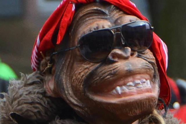 Der Räuber ist als Gorilla maskiert