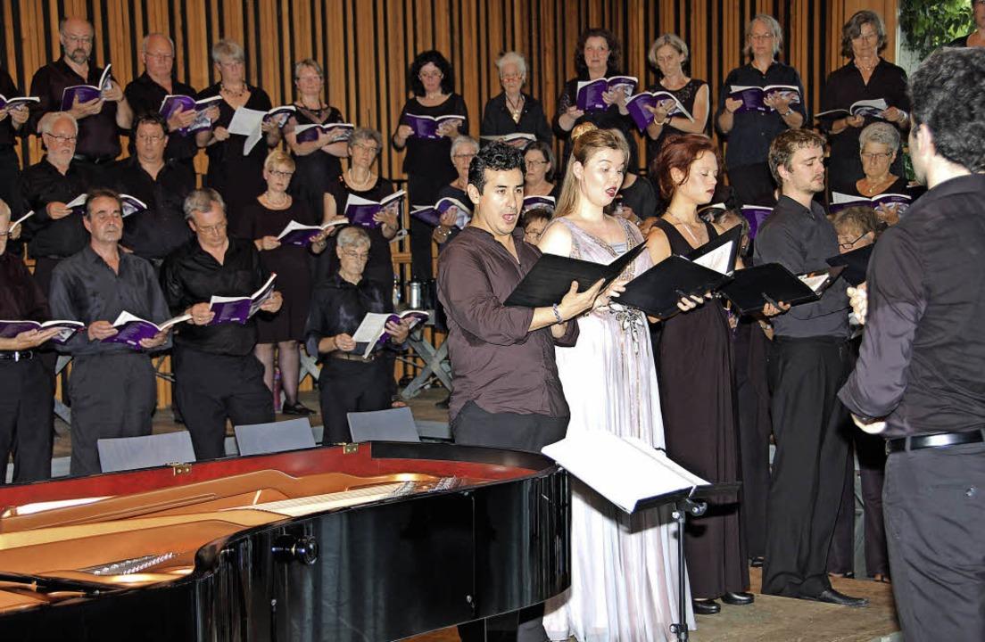 Zwei Chöre und vier Solisten präsentie...urde das Konzert von Bernhard Schmidt.  | Foto: Andrea Steinhart