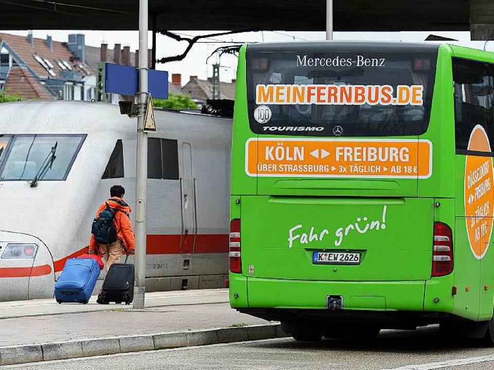 Bus oder Bahn? Die Auswahl für Freiburger Reisende vergrößert sich.  | Foto: dpa