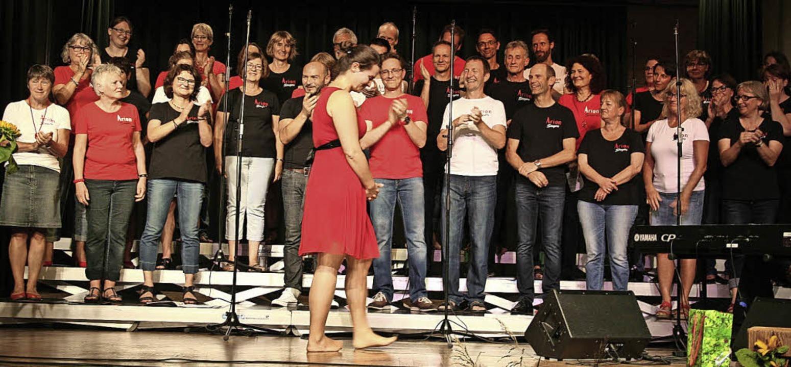 Applaus von den Arion Singers für die ...nach sieben Jahren den Chor verlässt.   | Foto: Karin Heiss